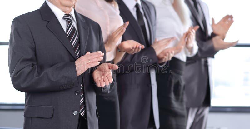 Fin vers le haut ?quipe de applaudissement d'affaires Bille 3d diff?rente photos libres de droits