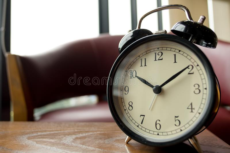 Fin vers le haut réveil placé sur la table en bois dans le matin cet im photo libre de droits