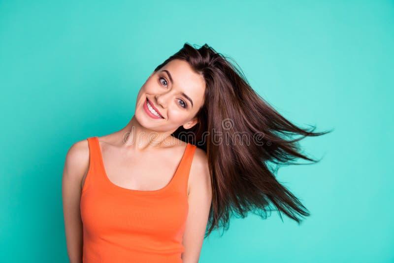 Fin vers le haut sa étonnante de photo de belle elle shampooing de soufflement d'état sain de vol de cheveux de vent de vacances  photo libre de droits