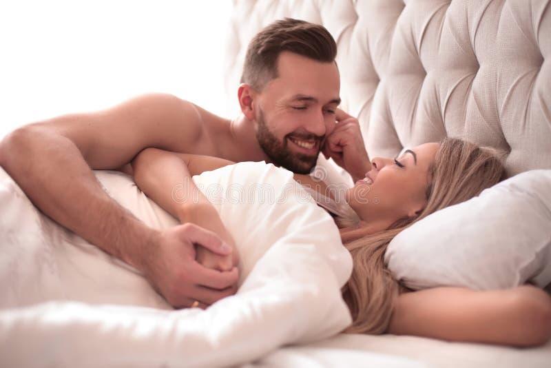 Fin vers le haut un couple affectueux se réveillant ensemble image libre de droits