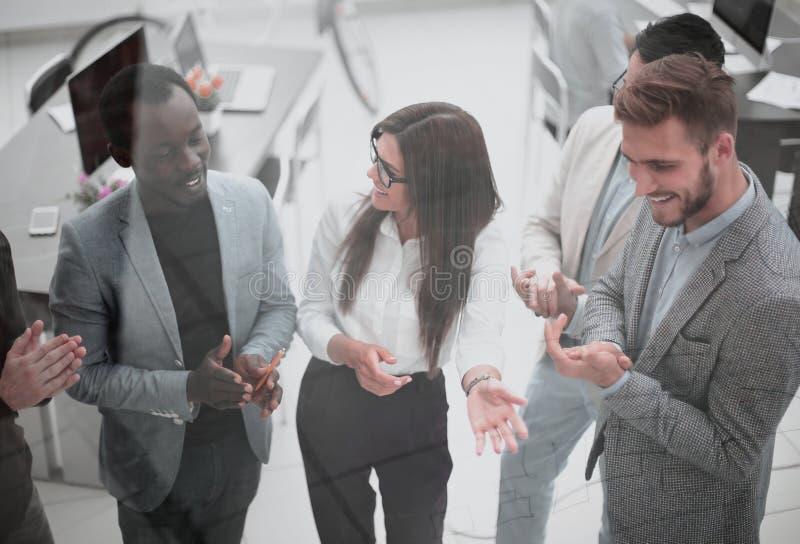 Fin vers le haut un groupe de jeunes hommes d'affaires r?ussis applaudit images stock