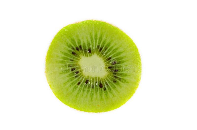 Fin verte fraîche de tranche de kiwis partiellement d'isolement sur le fond blanc avec le foyer sélectif, vue d'en haut images libres de droits