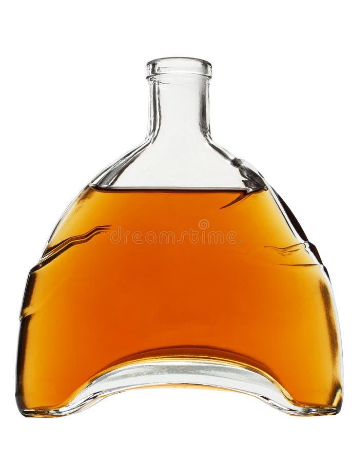 Fin whisky eller konjak i en härlig flaska som isoleras på vit bakgrund royaltyfri fotografi