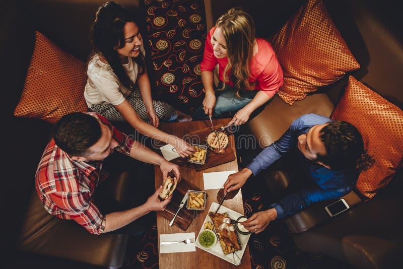 Fina äta middag vänner royaltyfria bilder