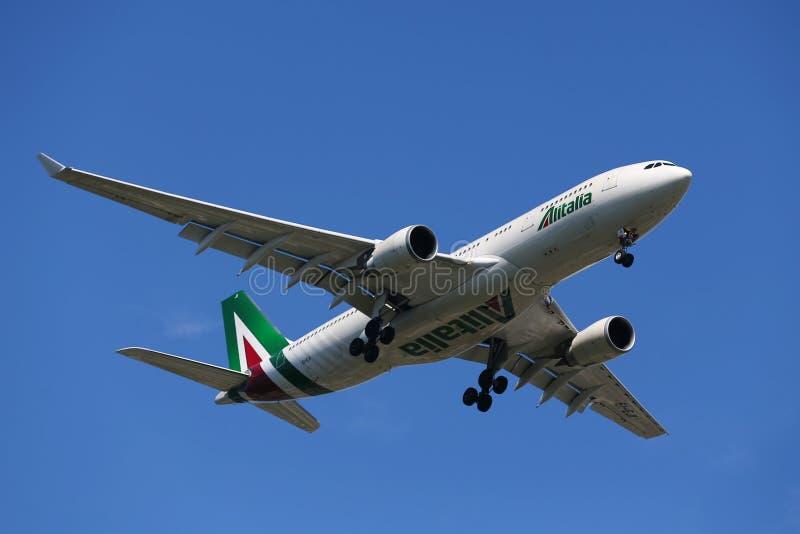 Finair下降为登陆的空中客车A330在JFK国际机场在纽约 免版税库存图片