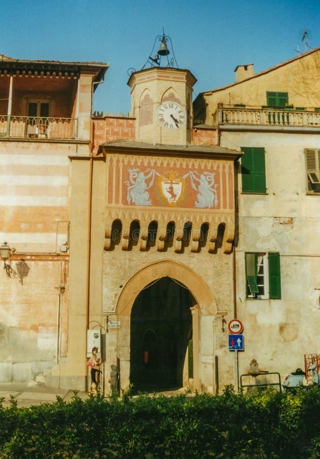 Finalborgo, Liguria, Italia - abril de 2002 - Testa de Porta la entrada del pueblo medieval de Finalborgo foto de archivo libre de regalías