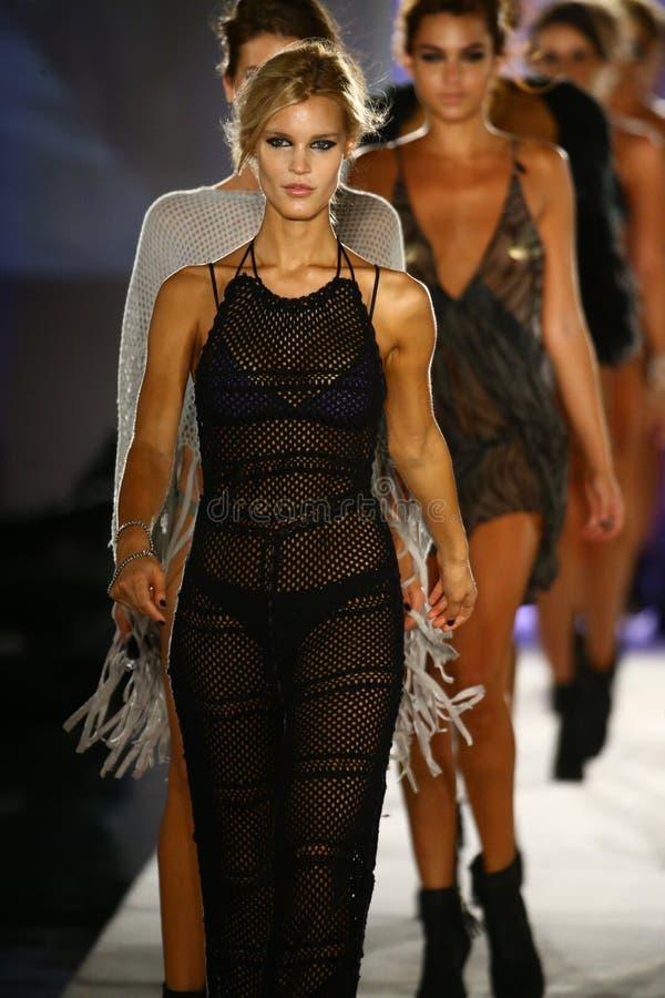 Finale de piste de promenade de modèles dans l'habillement de bain de concepteur pendant le défilé de mode de vêtements de bain d photo libre de droits