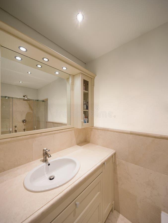 Finales de mármol del pozo del cuarto de baño imagen de archivo