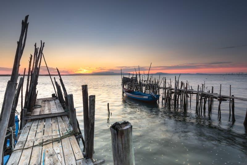 Finales del día con una puesta del sol de la relajación en un embarcadero viejo imagen de archivo libre de regalías