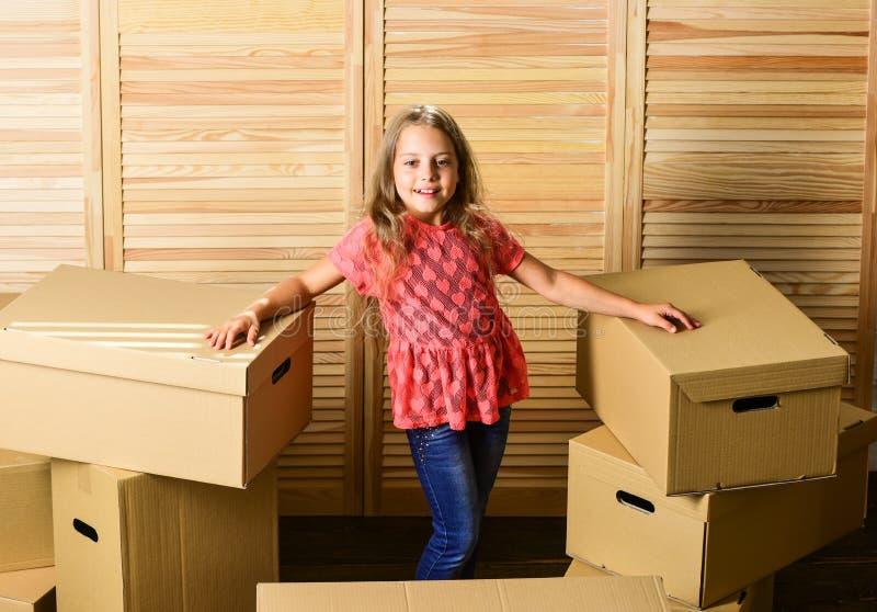 Finalmente caixa de papelão infantil feliz aquisição de novos hábitos Caixas de papelão - mudança para uma nova casa reparação de foto de stock