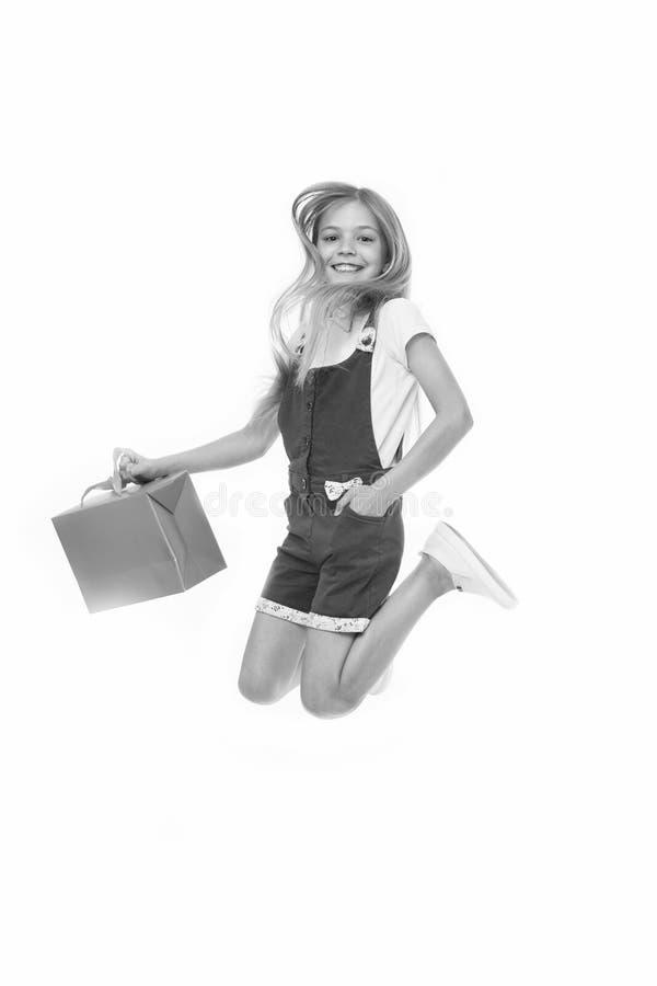 Finalmente comprado le El adolescente lindo de la muchacha lleva el panier mientras que salta Ventajas de la venta Venta comprada fotografía de archivo