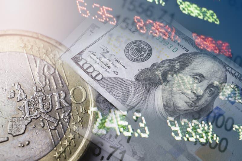Finança, depositando o conceito Moedas do Euro, close-up da cédula do dólar americano Imagem abstrata do sistema financeiro com s foto de stock royalty free