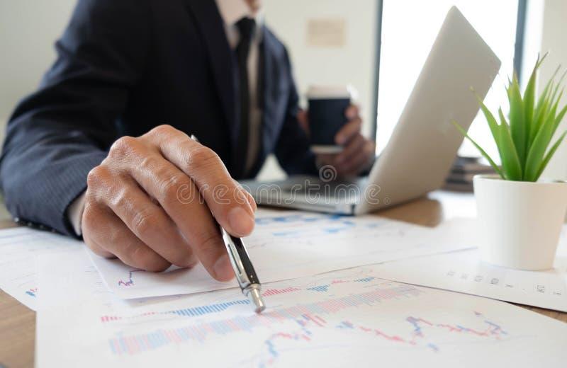 Finança do negócio, examinando, explicando, colaboração de consulta, consulta foto de stock