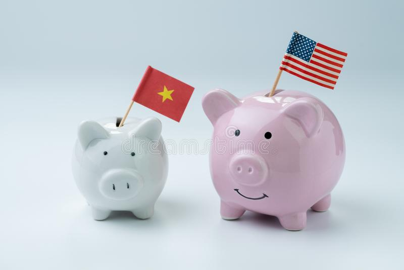 Finança dos E.U. e da China, economia ou conceito da guerra comercial, leitão cor-de-rosa fotografia de stock