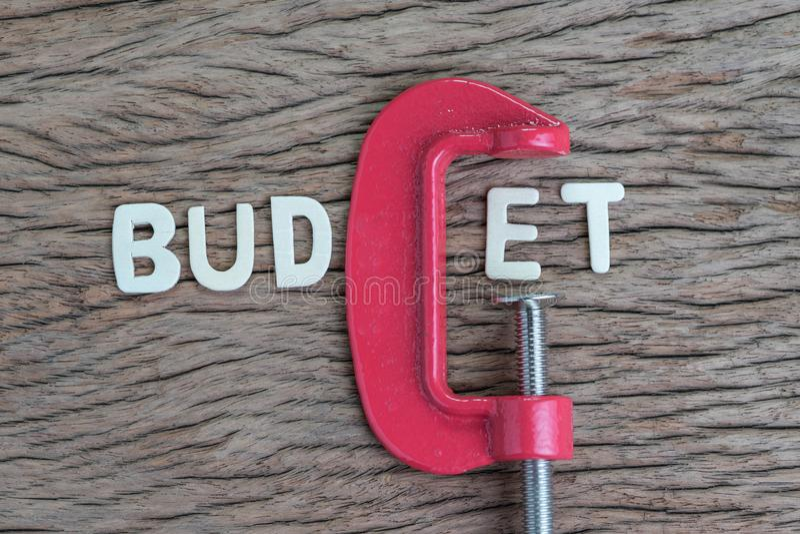 Finança, economia e negócio espremendo a ideia, alfabeto de madeira de fotos de stock royalty free