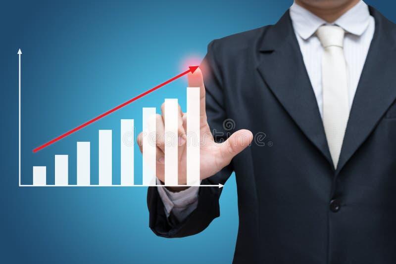 Finança ereta do gráfico do toque da mão da postura do homem de negócios isolada sobre sobre o fundo azul imagem de stock royalty free