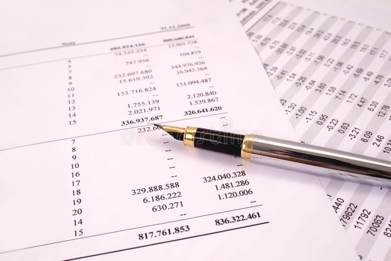 Finanças e balanços com pena fotografia de stock