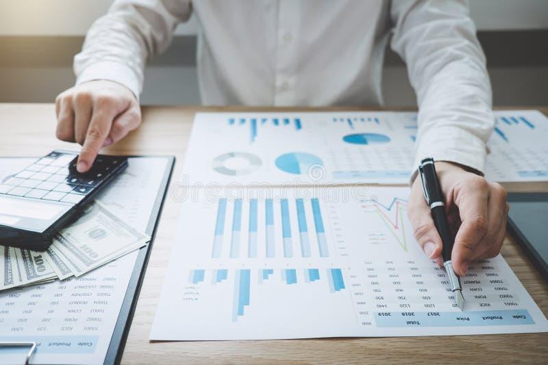 Finanças que salvar o conceito da operação bancária, renda dos cálculos do contador do homem e analisando dados financeiros do gr foto de stock