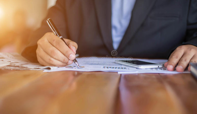 Financeiro, explicando, conselheiro de investimento que consulta com sua equipe imagem de stock royalty free