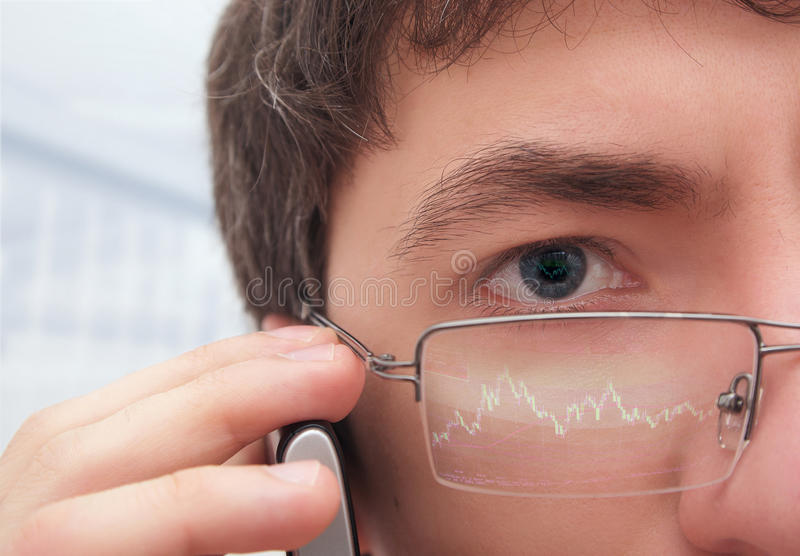 Financeiro nos vidros que olham o monitor. foto de stock royalty free