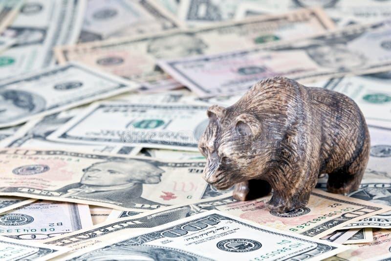 Finances, échange courant. Les coûts d'ours sur l'argent images stock