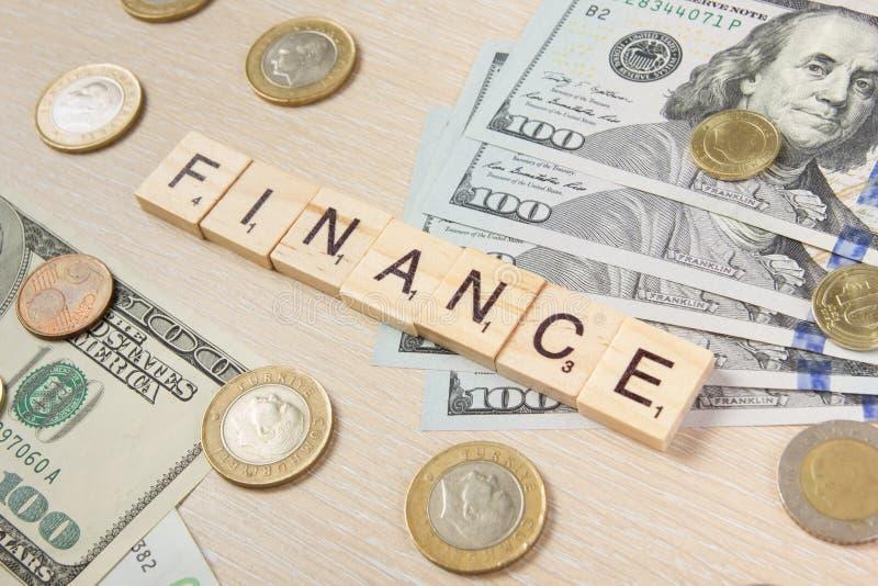 finances Cents des dollars d'argent les euro sur le fond en bois de bureau de table avec l'espace de copie pour l'annonce textote photo stock