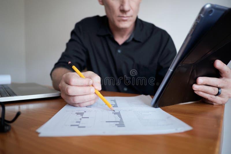 Finances de contrôle d'analyste images stock