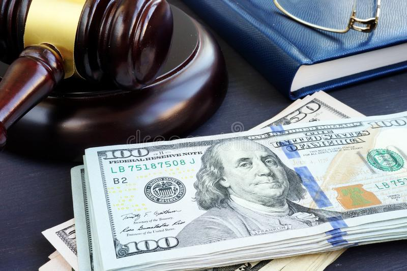 Finances de litige Gavel et billets de banque du dollar Cautionnements image libre de droits