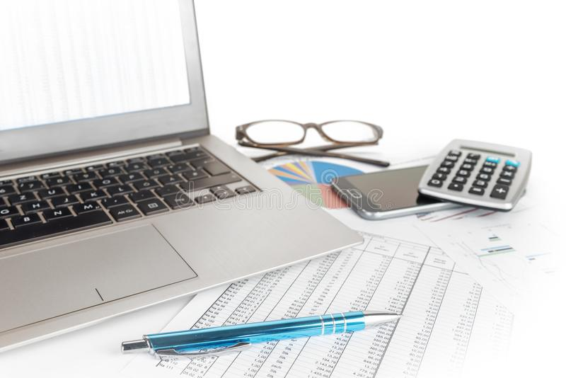 Financez le calcul avec le lyi d'ordinateur portable, en verre, de stylo et de calculatrice photo stock