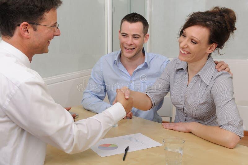 Financiële adviseur of advocaat en gelukkig paar stock foto