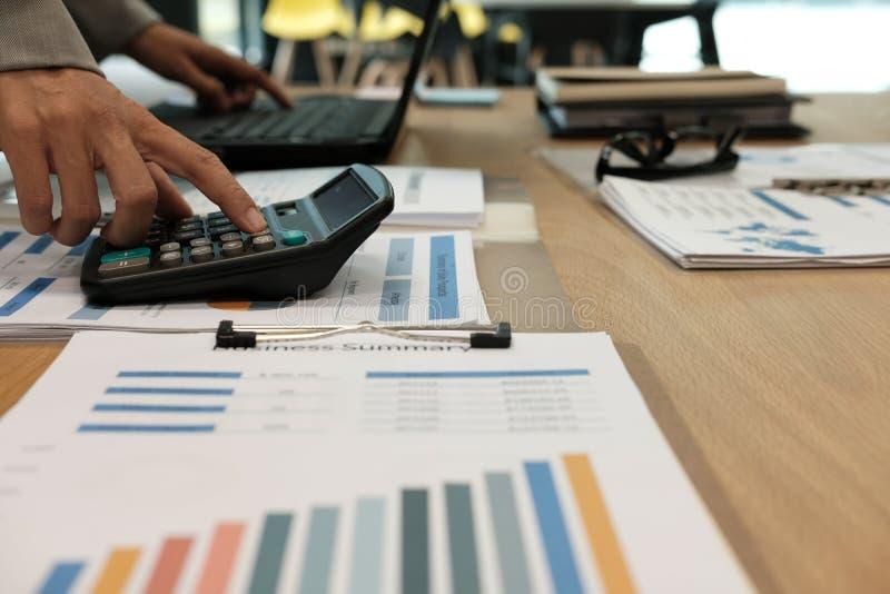 financiële adviseur die met calculator & computer werken accountant stock foto