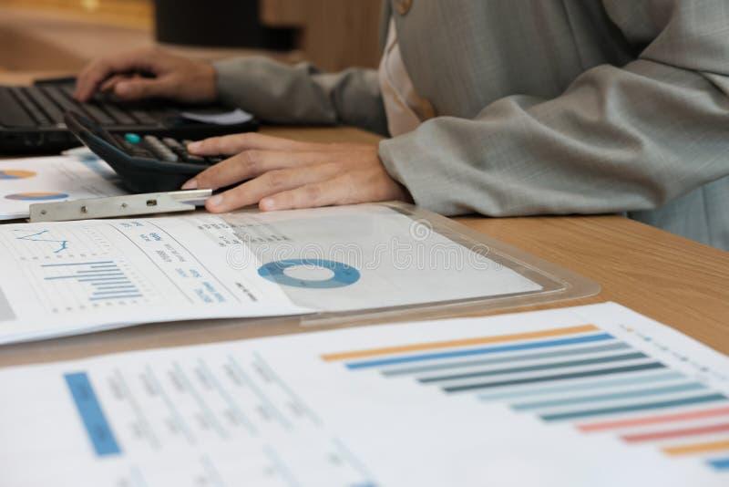 financiële adviseur die met calculator & computer werken accountant stock foto's