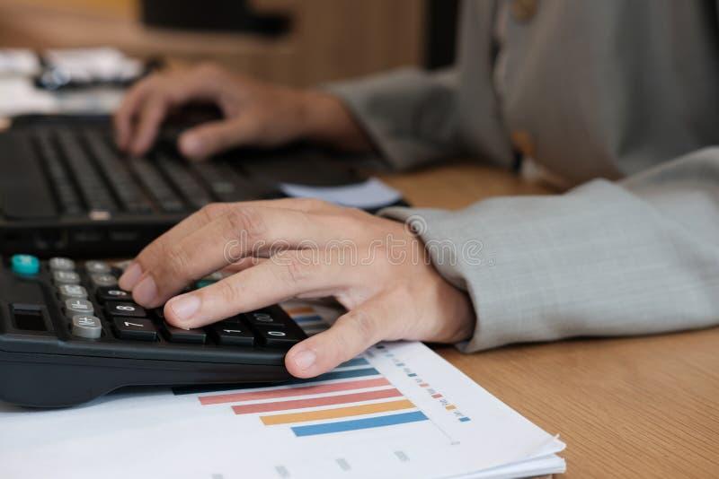 financiële adviseur die met calculator & computer werken accountant royalty-vrije stock foto's