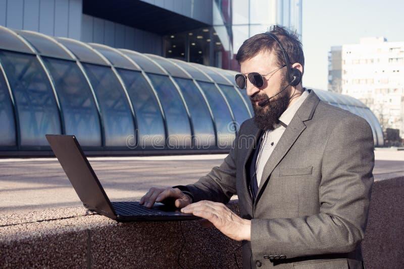 Financiële adviseur die online raadplegen royalty-vrije stock foto's