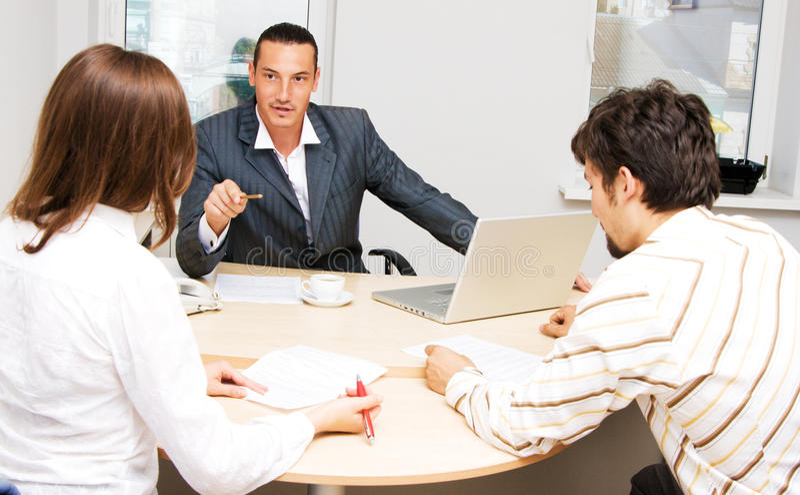 Financiële adviseur en zijn klanten stock afbeeldingen