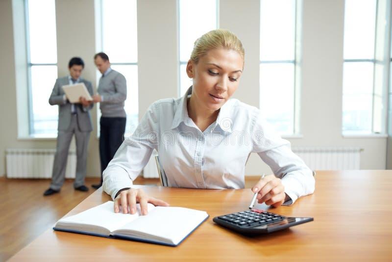 Financiële adviseur op het werk stock foto's