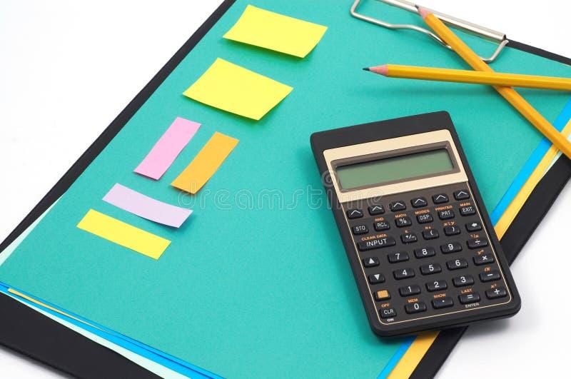 Financiële calculator en bureaulevering stock foto