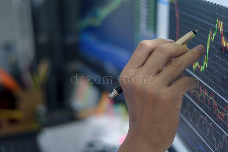 Financiële de investering van de de grafiekgrafiek van de effectenbeurskandelaar handelbeurs die met het punt van de handmens op  royalty-vrije stock foto