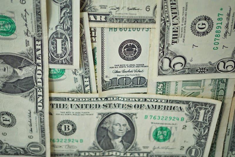Financiële die achtergrond van reeks bankbiljetten in de waarde van vijf, tien, twintig honderd Amerikaanse dollars wordt gemaakt stock afbeeldingen