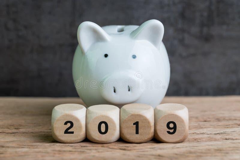 Financiële doel, begroting of besparing voor jaar 2019, wit spaarvarken stock fotografie