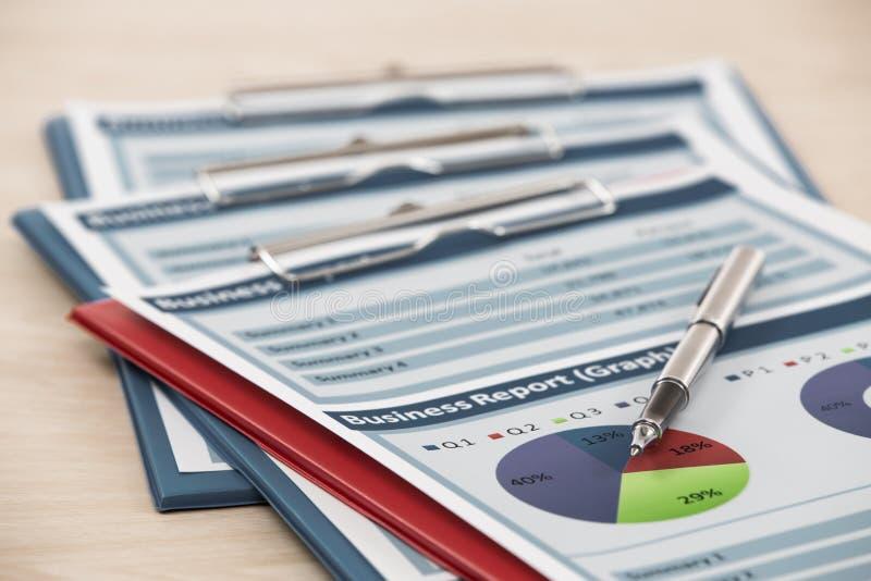 Financiële grafieken en grafieken stock afbeeldingen