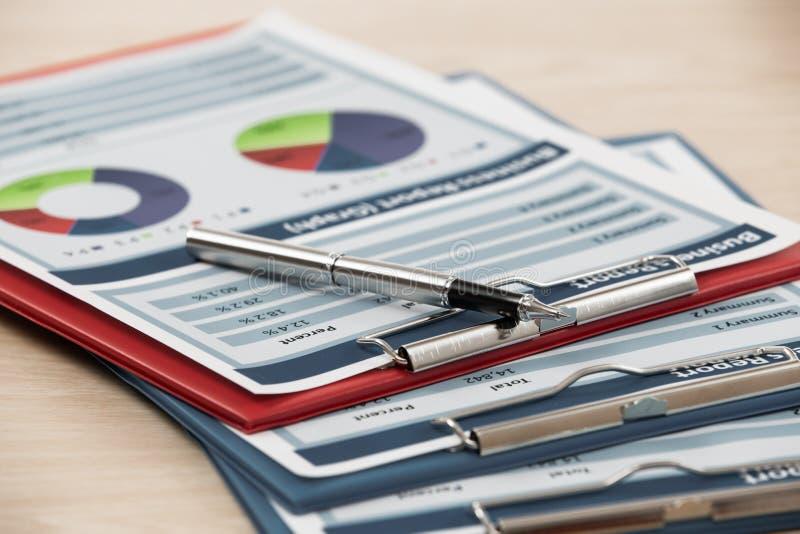 Financiële grafieken en grafieken royalty-vrije stock foto
