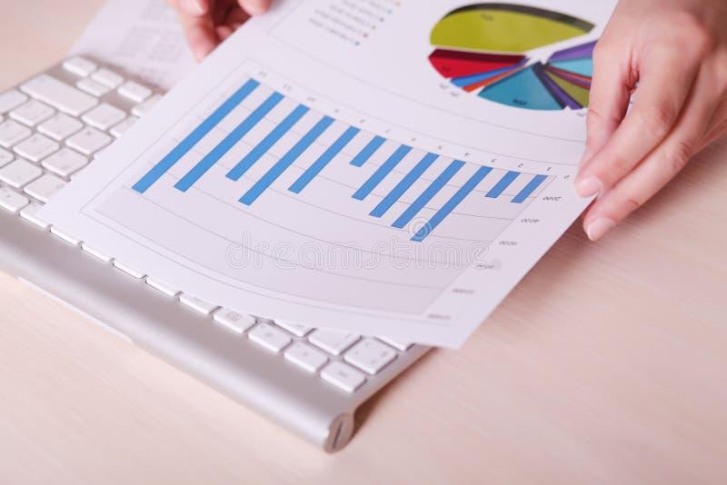 Financiële grafieken en grafieken op de lijst royalty-vrije stock afbeelding