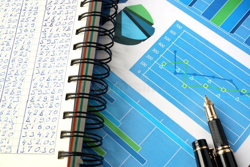 Financiële grafieken en grafieken op een lijst stock foto's