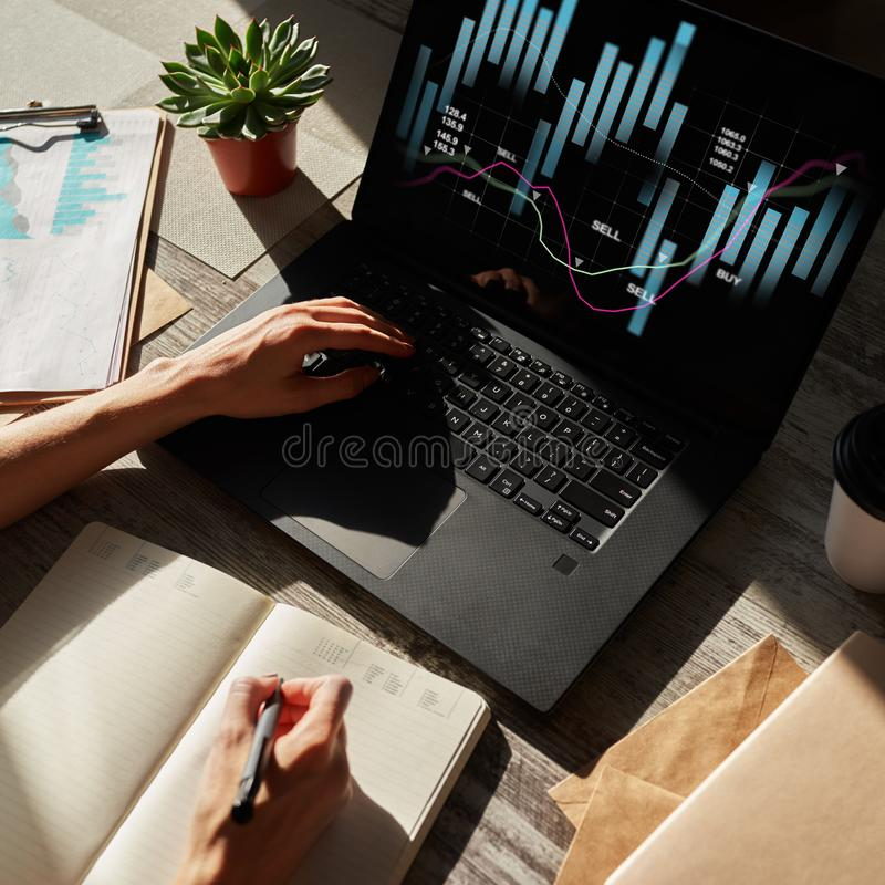 Financiële grafieken op het apparatenscherm Online Investering en voorraad handelconcept stock foto
