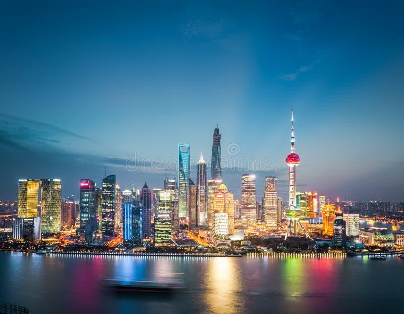 Financiële het districtshorizon van Shanghai in het vallen van de avond royalty-vrije stock foto's