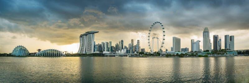 Financiële het districtshorizon van Singapore bij Jachthavenbaai op bewolkte dag stock afbeeldingen