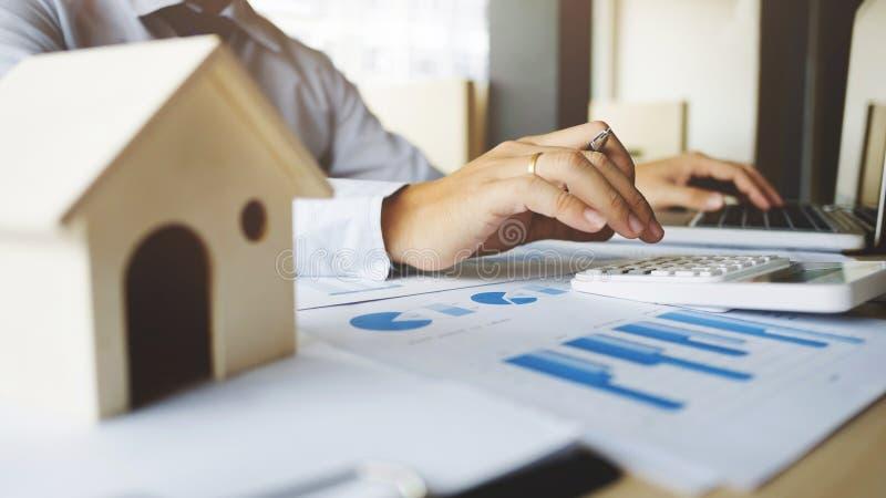 Financiële inspecteur die verslag, verzekeringsagent uitbrengen die over de lening van de huisinvestering bij bureauruimte analys royalty-vrije stock afbeeldingen