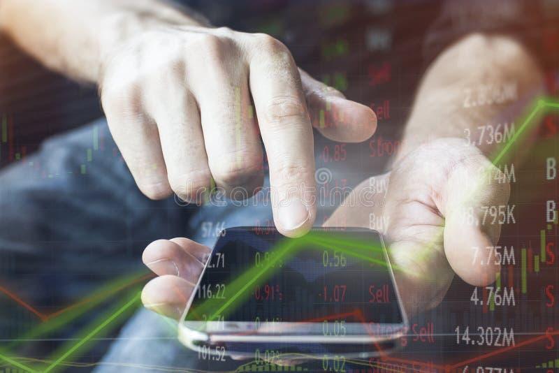 Financiële investeerder met mobiel apparaat voor zaken en onmiddellijk verbonden met de markt rond de bol voor het kopen en het v royalty-vrije stock afbeelding