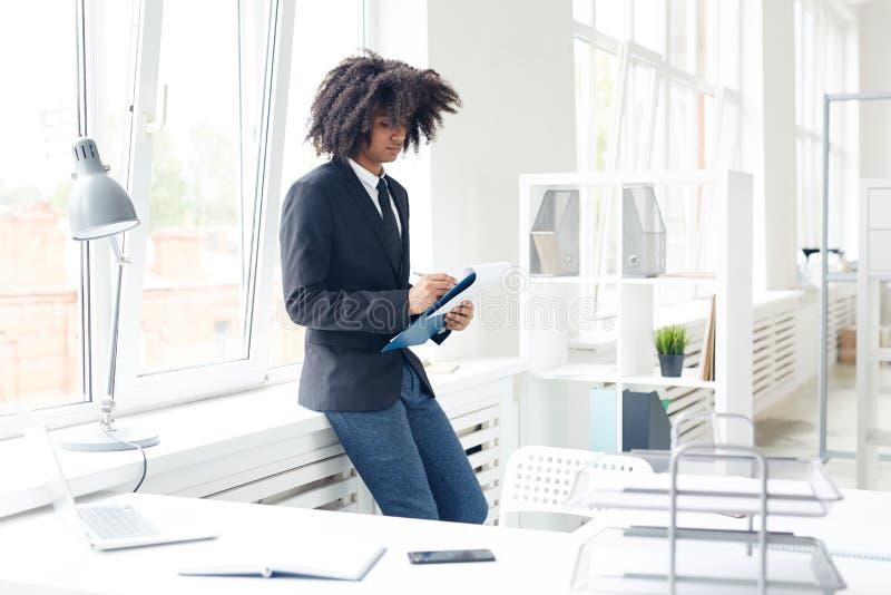 Financiële Manager Wrapped omhoog in het Werk stock fotografie